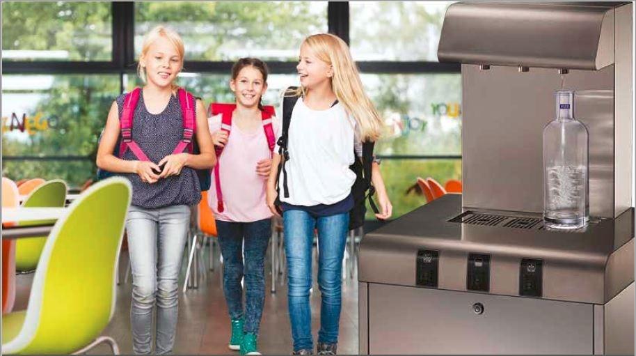 Schüler können gleichzeitig am h2o-Wasserspener zapfen